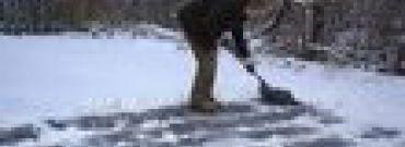 Łopaty i chemia – sposoby na śnieg