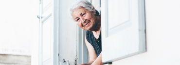 Bezpieczny dom dla osoby starszej – czujniki i zabezpieczenia, w które warto zainwestować