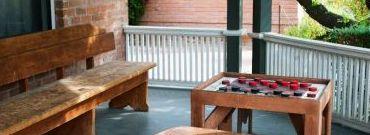 Jak odnowić drewnianą ławkę na balkon? - poradnik krok po kroku