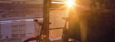Ochrona wnętrz przed słońcem – rolety, żaluzje, markizy – co wybrać?