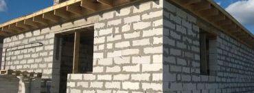 Ściana trójwarstwowa – z wełną czy styropianem?
