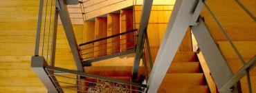 Schody wewnętrze – jaki materiał wybrać?