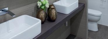 Jak dobrać kołki do łazienki - mocowanie szafek w łazience