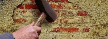 Pęknięcia tynku na elewacji domu – co może być przyczyną i jak naprawić?