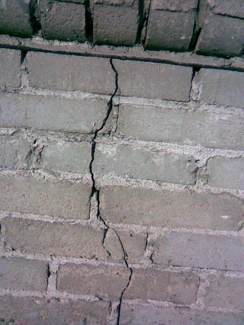 Pęknięta ściana fundamentowa