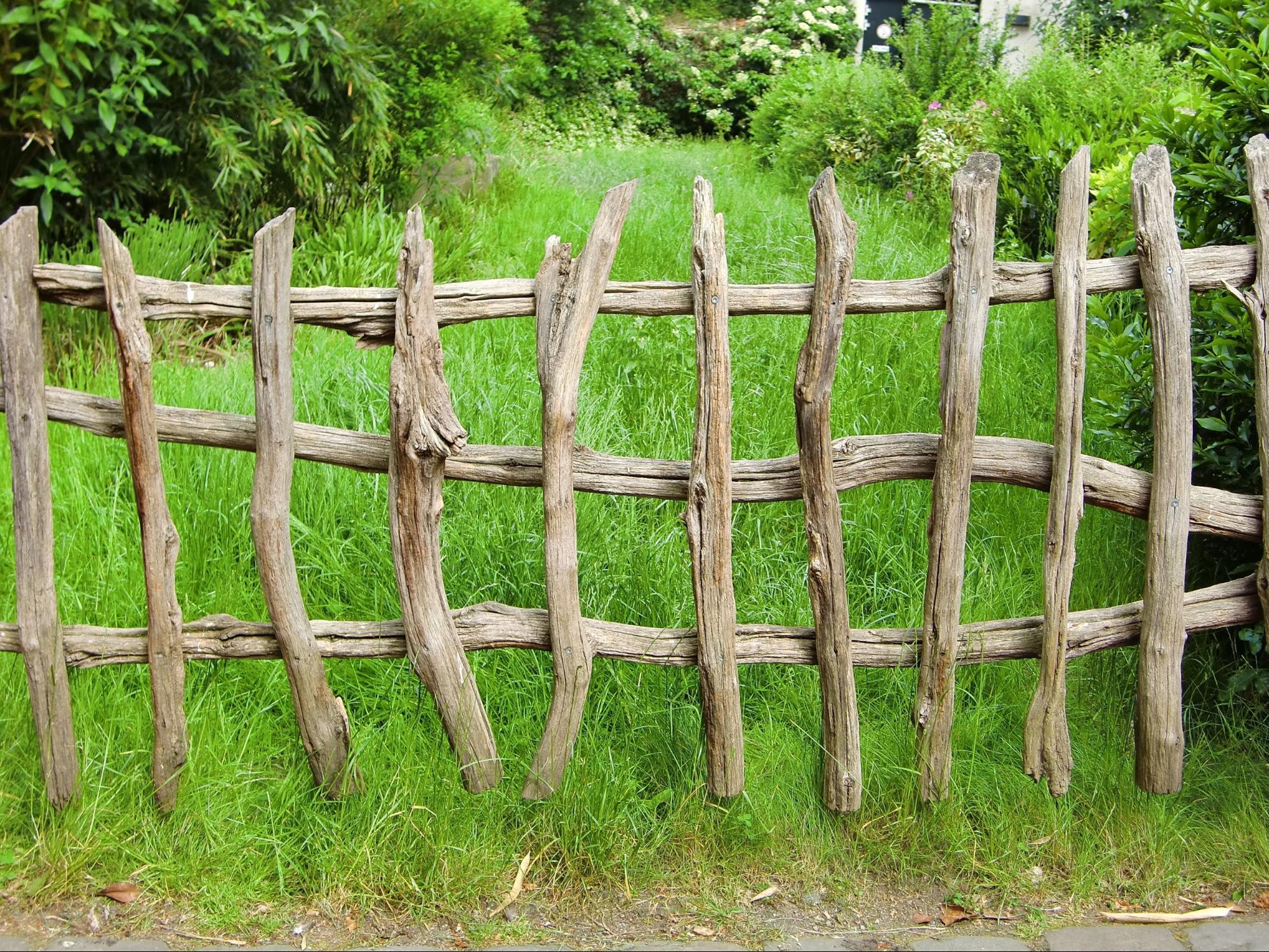 Ogrodzenie z drewnianych belek