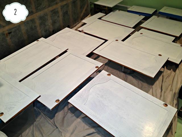 Odkręcone drzwiczki o pomalowane od wewnątrz fot: http://www.inspiredwives.com/