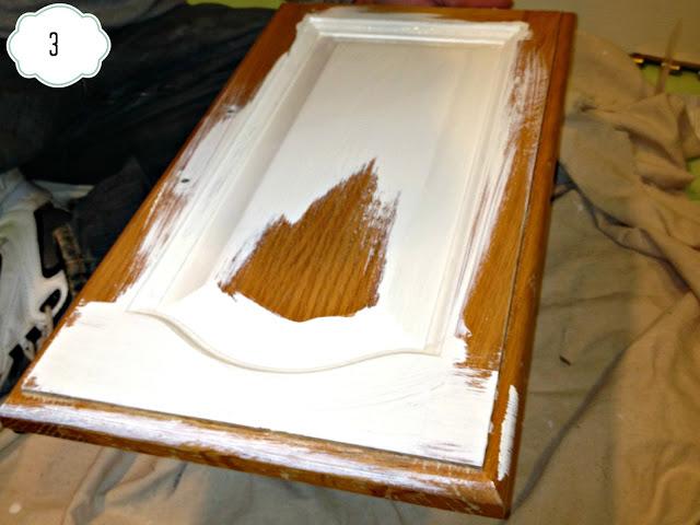 Malowanie frontów szafek - najlepszy efekt będzie po pomalowaniu 3 warstw. fot: http://www.inspiredwives.com/