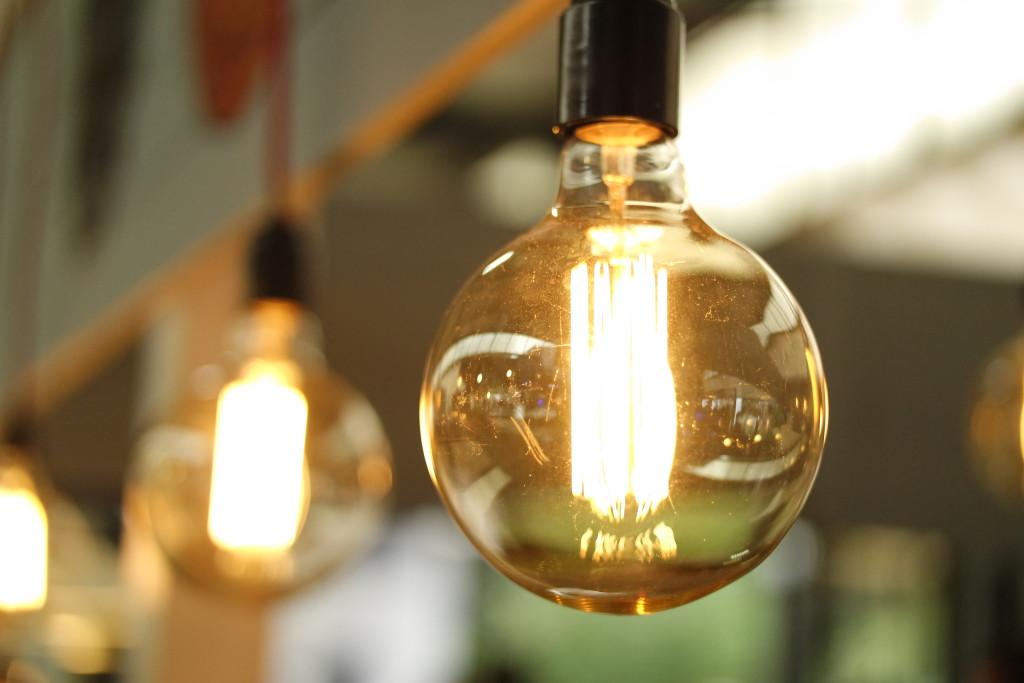 Wymień żarówki na energooszczędne w pomieszczeniach, w których spędzasz najwięcej czasu. Mniej uczęszczane niech oświetlają stare.
