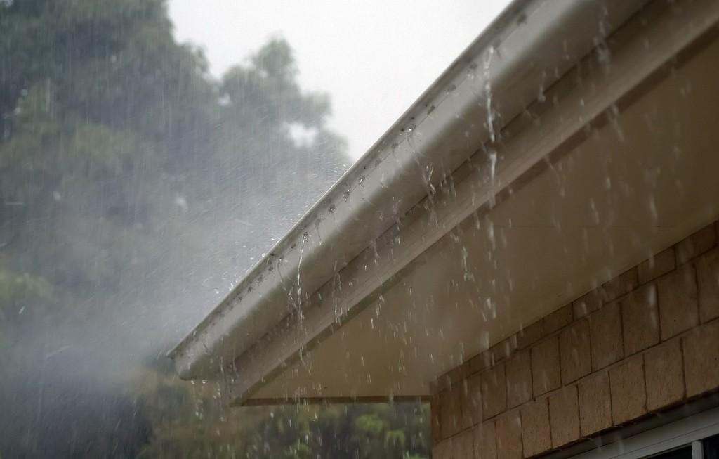 Rynna w czasie deszczu
